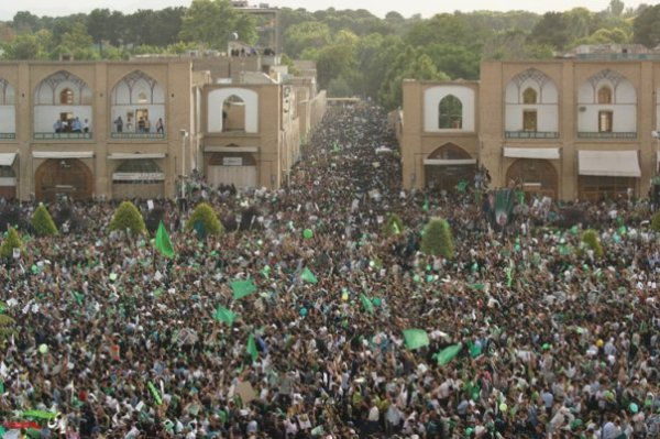 Thousands rally to support Mousavi